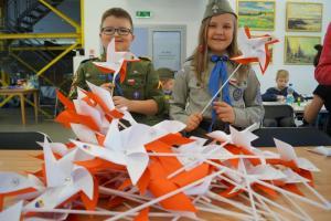 Wielka flaga narodowa i biało-czerwone wiatraczki w Boguszowie-Gorcach